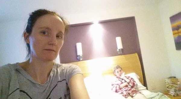 Ölüm Döşeğindeki Kızının Fotoğrafını Çekti – Fotoğrafa Yakından Bakınca Gözlerine İnanamadı